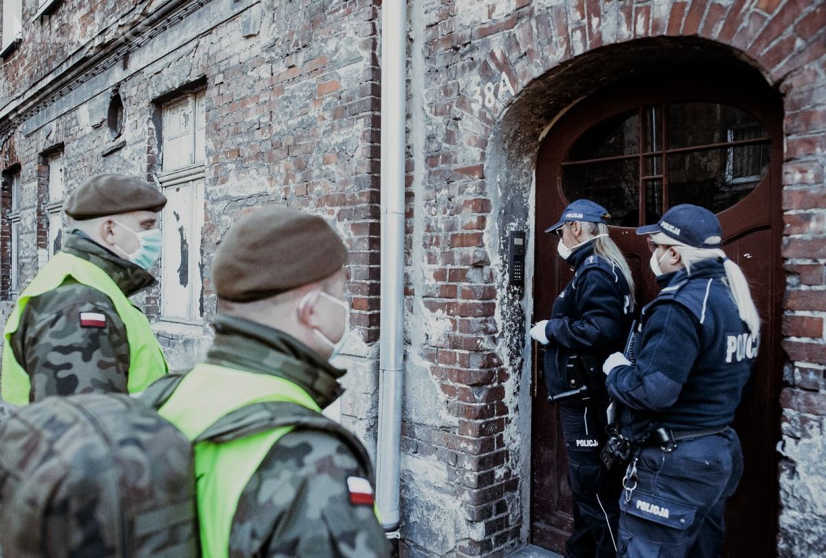 Żołnierze WOT ifunkcjonariusze Polskiej Policji wzięli udział w70 623 wspólnych patrolach związanych zmonitoringiem kwarantanny orazw25 317 patrolach prewencyjnych. Patrole odwiedziły ponad 10 milionów ludzi przebywających wkwarantannie