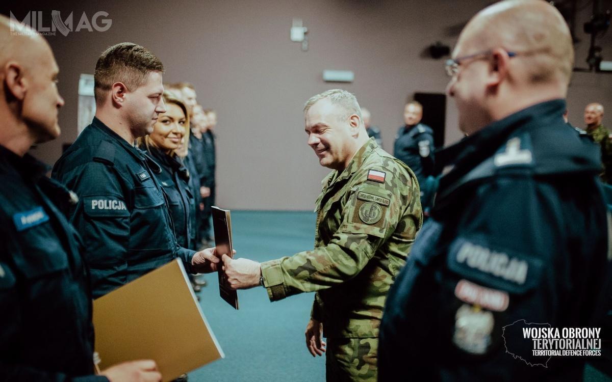 Podczas uroczystości wDowództwie Wojsk Obrony Terytorialnej wZegrzu wyróżniono funkcjonariuszy Polskiej Policji iżołnierzy OT, którzywszczególny sposób zaangażowali się wdziałania podczas kryzysu / Zdjęcia: WOT