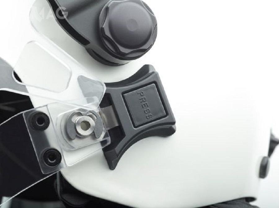 Gniazdo boczne domocowania wizjera orazumieszczony poniżej zatrzask domocowania osłony żuchwy lub wpięcia maski przeciwgazowej. Dotychczasowa, kilkumiesięczna testowa praktyka wużytkowaniu Optio wykazała, żetosystem przemyślany