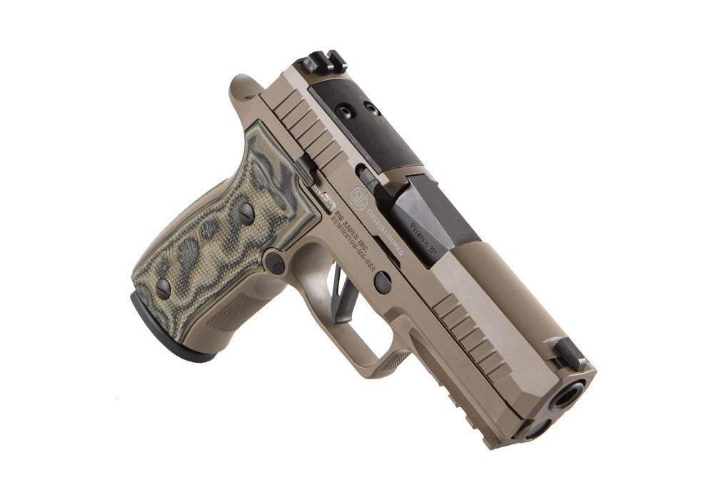 SIG Sauer wprowadził dooferty pistolet P320 AXG Scorpion. Toodmiana znanej konstrukcji, alezpłaszczem szkieletu wykonanym zestopu aluminium, anietworzywa sztucznego. Długość pistoletu to188 mm, wysokość 140 mm, szerokość 33 mm. Broń ma 99-mm lufę ilinię celowniczą długości 147 mm. Masa pistoletu to887 g. Płaszcz szkieletu wyposażony jest wpodlufową szynę akcesoryjną, wielkość toCarry AXG. / Zdjęcia: SIG Sauer