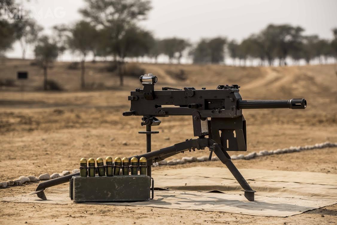 Granatnik produkcji pakistańskiej wykorzystuje standardową 40-mm amunicję NATO-wską. Wczasie testów wojsk lądowych Pakistanu strzelano nabojami RDM zpociskiem przeciwpancerno-odłamkowym. /Zdjęcie: Daudson's