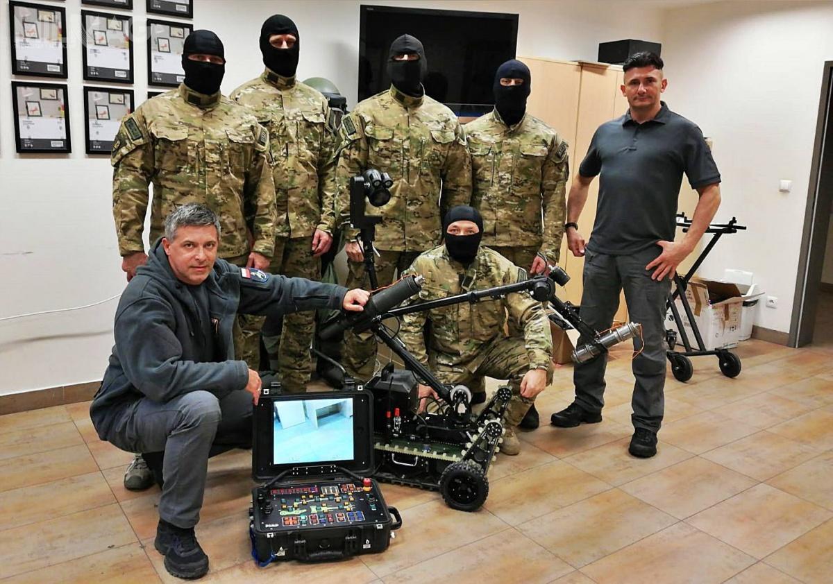 Przemysłowy Instytut Automatyki iPomiarów PIAP dostarczył 10 robotów pirotechnicznych dla Komendy Głównej Policji / Zdjęcia: PIAP