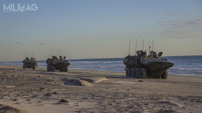 Pojazdy rodziny ACV są napędzane 6-cylindrowym silnikiem wysokoprężnym omocy 700 KM. Wariant bazowy ma masę własną 15 t, adopuszczalna masa całkowita dla wersji specjalistycznej to24 t. Załoga liczy trzech żołnierzy (dowódca, kierowca istrzelec). Napokładzie można przewozić od8do13 żołnierzy desantu wzależności odkonfiguracji. Zasięg nalądzie wynosi 800 km, awwodzie 64 km, przy prędkości, odpowiednio, 105 i10 km/h. ACV można przemieszczać drogą powietrzną napokładzie samolotów transportowych klasy C-130 Hercules iA400M Atlas / Zdjęcie: Andrew Cortez, USMC