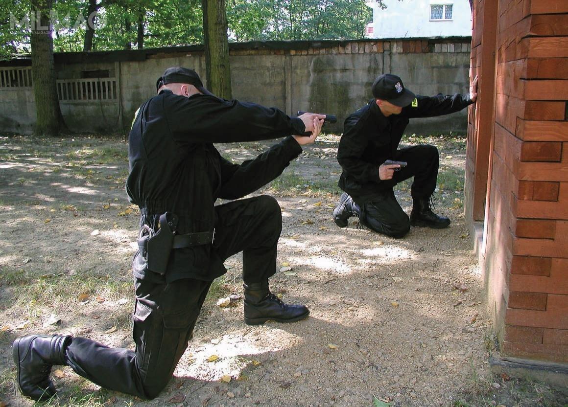 Policja rozpoczęła postępowanie nadostawę blisko tysiąca małych pistoletów samopowtarzalnych doamunicji 9mm x 19. Zewzględu nazaznaczoną wSIWZ podlufową szynę Picatinny, wymagań funkcjonariuszy niespełniają m.in.kupowane wcześniej austriackie modele Glock 19, czylicencjonowane Walther P99. /Zdjęcie: Policja
