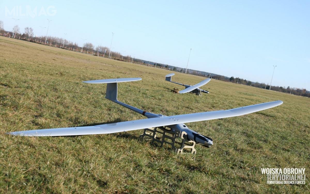 Jeden zestaw bsl FlyEye 3.0 składa się zczterech statków powietrznych, stacji nadawczo-odbiorczej, stacji kontroli ikierowania orazplecaków iskrzyń transportowych / Film izdjęcia: WOT