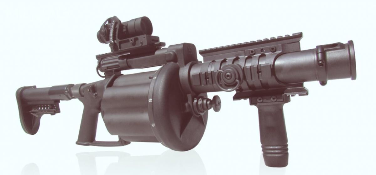 Południowoafrykański granatnik rewolwerowy Super Six MRGL. Broń produkowana jest przezzakłady Milkor, największego wytwórcę podobnych konstrukcji naświecie. Południowoafrykańska spółka dotejpory sprzedała 64 tys. granatników rewolwerowych do67 państw / Zdjęcie: Milkor