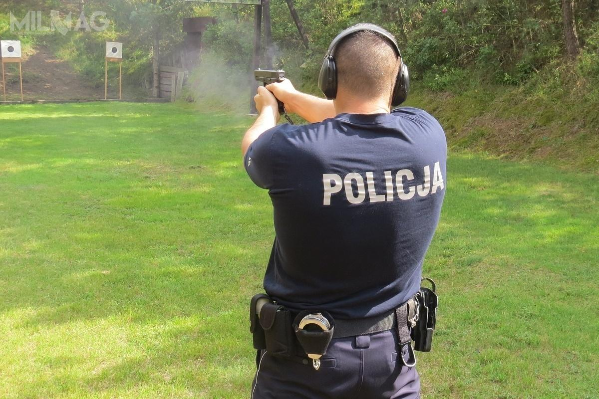 Komenda Główna Policji skrupulatnie kupuje nowoczesne konstrukcje strzeleckie anabój 9mm x 19, które wypierają te najstarsze nanabój 9mm x 18. Plan modernizacji technicznej wyposażenia służb mundurowych zakładał zakupy pookoło 5tysięcy pistoletów rocznie / Zdjęcie: Policja