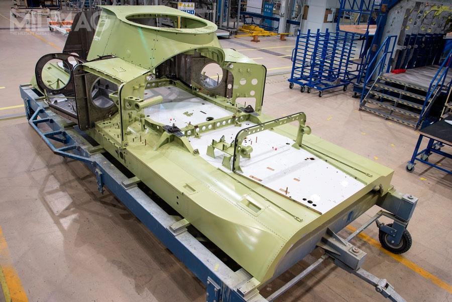 Płyta sufitowa znajdzie się pomiędzy kabiną pilotów, azespołem napędowym złożonym ztrzech silników turbowałowych Rolls-Royce Turbomeca RTM322-01/02 alboGeneral Electric T700/CT7-8E / Zdjęcia: PZL-Świdnik