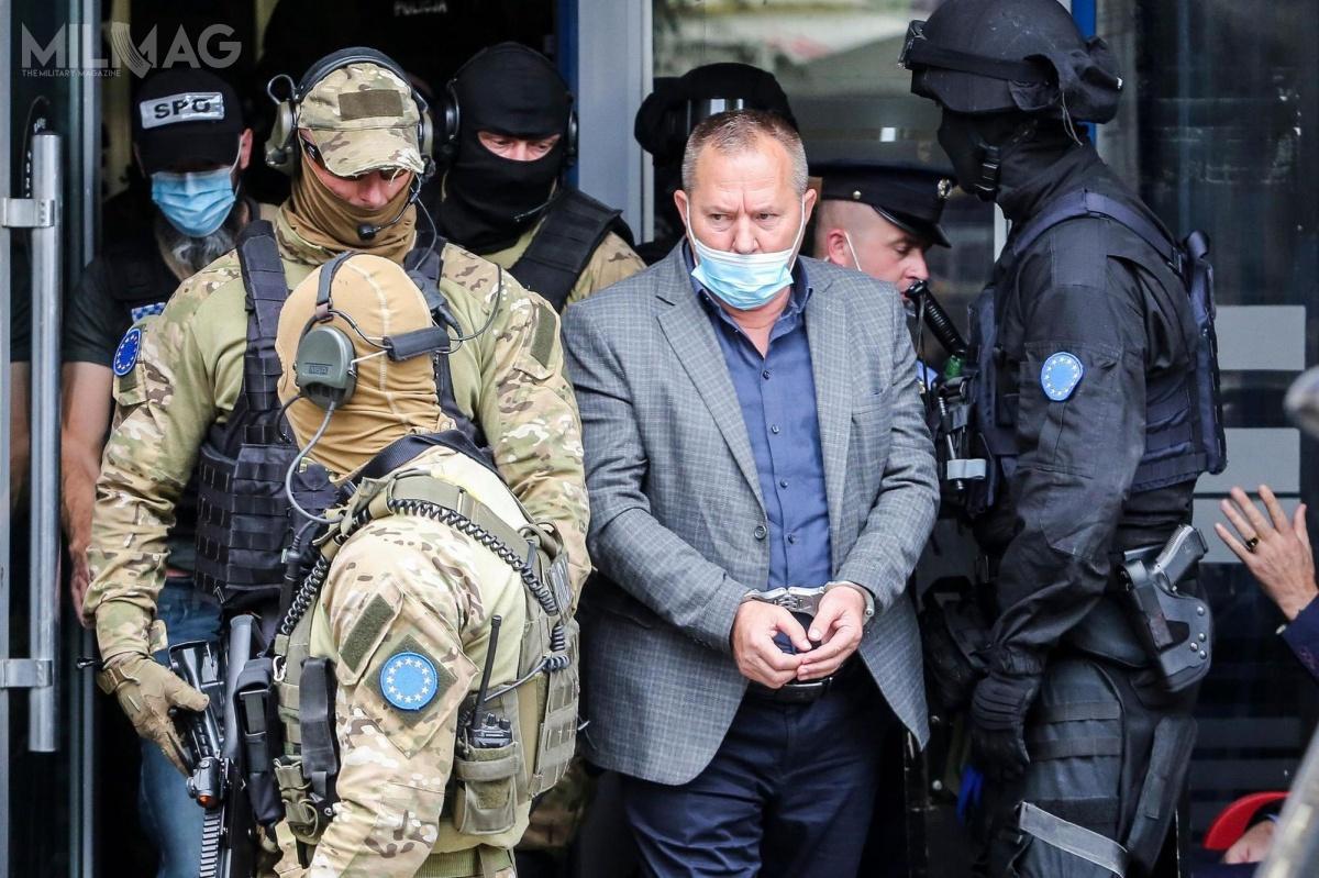 Funkcjonariusze Jednostki Specjalnej Polskiej Policji wKosowie aresztowali oskarżonego ozbrodnie b.rzecznika Armii Wyzwolenia Kosowa ib.przewodniczącego parlamentu Jakupa Krasniqiego. / Zdjęcie: Polska Policja