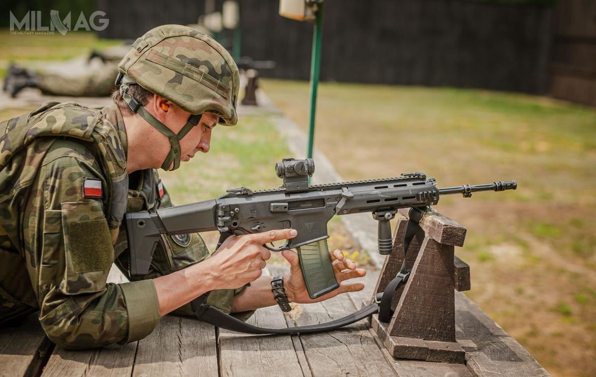 5,56-mm karabinek automatyczny Grot C16 FB-M1 (MSBS-5,56KA0) wyposażony wszwedzki celownik kolimatorowy Aimpoint Micro T-2 (wspólny zakup WOT wraz zWojskami Specjalnymi) podczas ćwiczeń strzeleckich (broń nazdjęciu ma też uszkodzony odbijacz łusek, brakuje jednej ześrub mocujących). Od2020 Wojska Obrony Terytorialnej mają zamawiać poprawiony model Grot C16 FB-M2 (MSBS-5,56KA1). Dotego standardu stopniowo wramach remontów będą doprowadzone wcześniej dostarczone modele / Zdjęcia: Wojska Obrony Terytorialnej