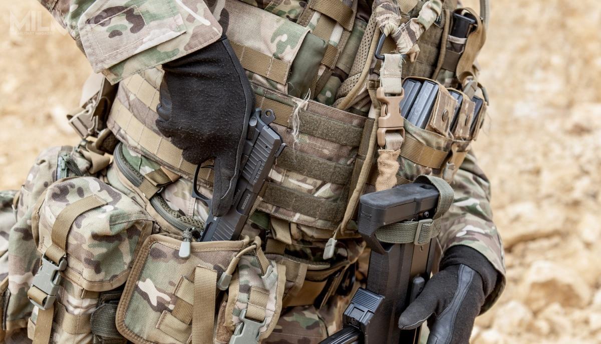 PR-15 został opracowany zgodnie zzałożeniami taktyczno-technicznymi nabroń krótką, zapisanymi wprogramie zaawansowanego indywidualnego systemu walki Tytan. Pistolet ma lufę długości 110 mm. Długość całkowita broni to195 mm, wysokości 142 mm, aszerokość 34 mm. Linia celownicza ma 155 mm długości. Bezmagazynka masa PR-15 wynosi 710 g, zpustym 15-nabojowym magazynkiem wzrasta do800 g. Siła nacisku naspust wynosi 25 N przy strzelaniu bezsamonapinania i50 N zsamonapinaniem / Zdjęcia: Fabryka Broni