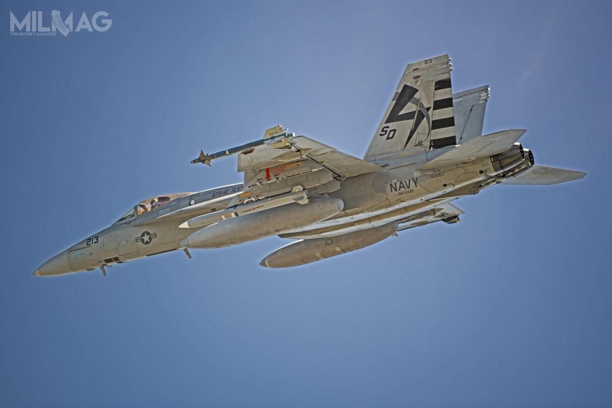 1 czerwca 2020 makieta gabarytowo-masowa rakietowego pocisku przeciwradarowego owydłużonym zasięgu AGM-88G AARGM-ER odbyła pierwszy lot podskrzydłem samolotu wielozadaniowego F/A-18E Super Hornet z23. Eskadry Doświadczalnej US Navy / Zdjęcie: US Navy
