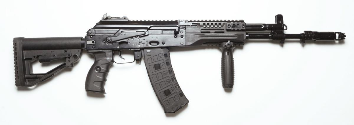 Karabinki AK-12 iAK-15 rozwijano wramach rosyjskiego programu żołnierza przyszłości Ratnik. Wjego skład wchodzi kilkadziesiąt elementów wyposażenia, awtym jak informowano wcześniej - dziewięć znich stanowi broń strzelecka /Zdjęcie: Koncern Kałasznikow