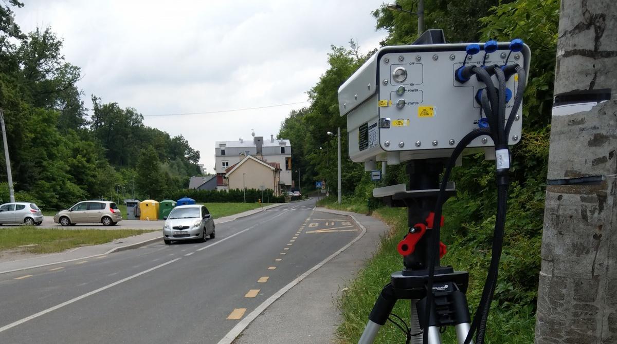 SmartEye ST-1 przechwytuje pojazdy zniedozwolonym typem tablicy rejestracyjnej, dzięki wbudowanej bazie danych typów tablic rejestracyjnych dozwolonych dokorzystania zdrogi publicznej.  System nieustannie monitoruje pozycję każdego pojazdu nadrodze. Automatycznie rozpoznaje samochody jadące zbyt blisko siebie co rejestruje. Przechwytuje również pojazdy naruszające linię ciągłą lub łamiące przepisy  naprzejściu dla pieszych / Zdjęcia: GRUPA WB
