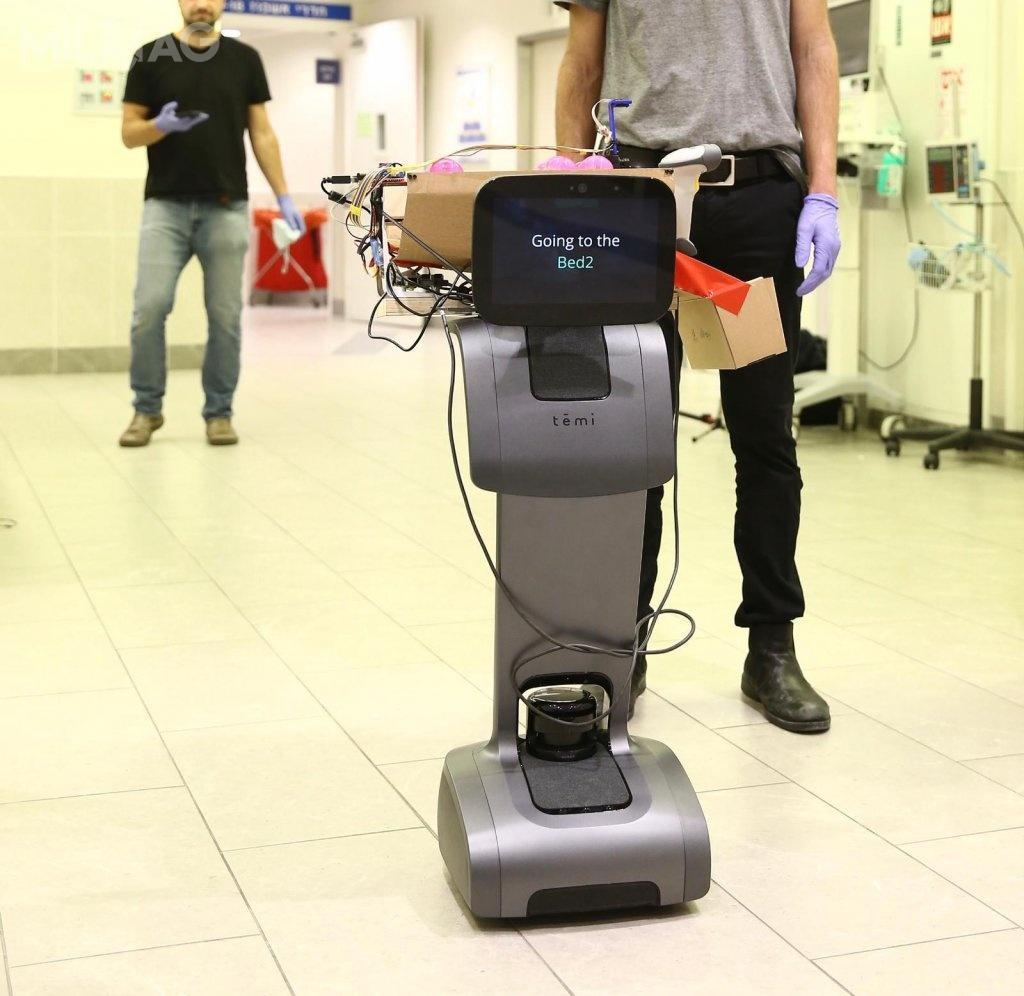 Corona Robot, bazujący nakomercyjnym Temi, może poruszać się zprędkością 3,6 km/h przenosząc ładunek omasie do2,27 kg (5funtów) idziałać przez8godzin