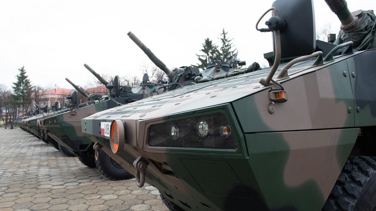 M120 Rak został zaprojektowany wCentrum Produkcji Wojskowej Huta Stalowa Wola. Jest uzbrojony wautomatycznie ładowany 120-mm moździerz posadowiony napodwoziu kołowym SMK 120, pochodzącym zKTO Rosomak. Został wyposażony wcyfrowy system kierowania ogniem, złożony zkamery termicznej idalmierza laserowego, dzięki czemu może operować wdzień iwnocy, atakże zdalnie zapomocą komend przekazywanych drogą elektroniczną dokomputera idanych zbsl FlyEye / Zdjęcia: Huta Stalowa Wola