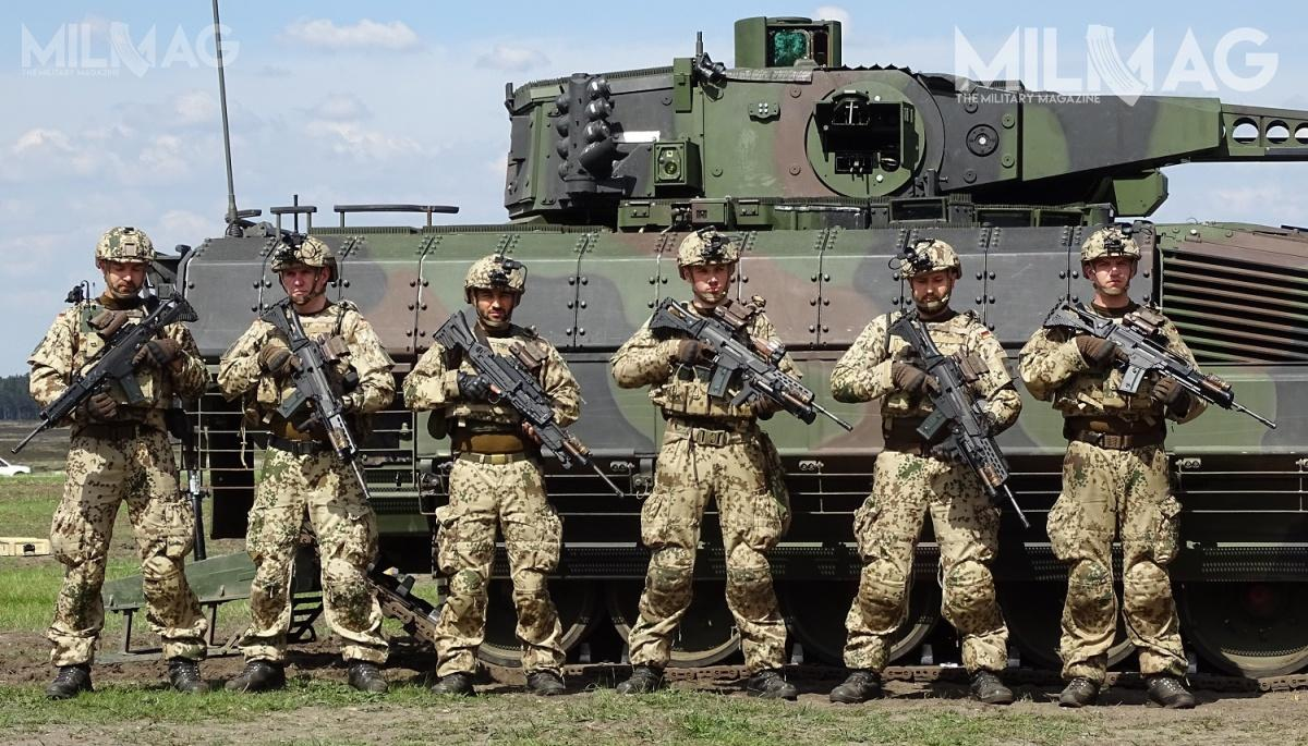 Przykład sekcji grenadierów pancernych wyposażonych windywidualny system walki IdZ-ES (Rhemetall Gladius) natle nowego bojowego wozu piechoty Puma