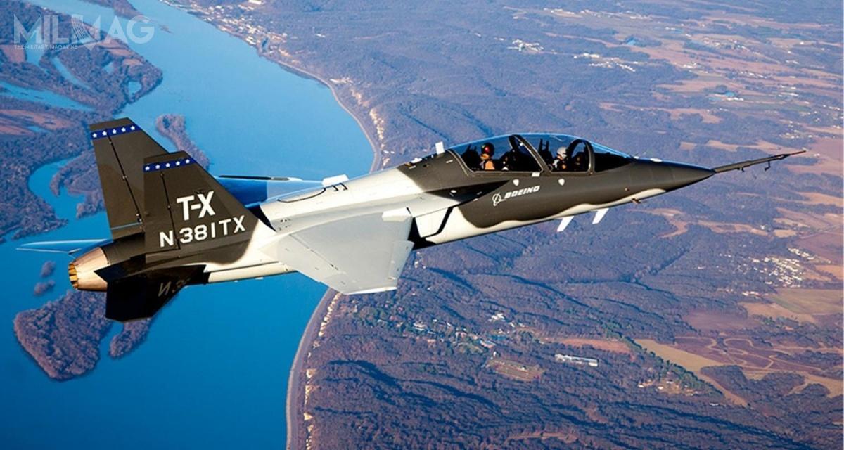 Boeing iSaab rozpoczęły współpracę dla programu T-X w2013. Prototypy BTX-1 iBTX-2 oblatano, odpowiednio, 20 grudnia 2016 i25 kwietnia 2017. Dwuosobowe samoloty mają 14,15 m długości, 10 m rozpiętości skrzydeł i4m wysokości. Są napędzane pojedynczym silnikiem turbowentylatorowym GE Aviation F404-GE-402 ociągu zdopalaniem napoziomie 79 kN, któryzapewnia prędkość maksymalną 1300 km/h, zasięg 1839 km, prędkość wznoszenia 170 m/s ipułap praktyczny 15 000 m / Zdjęcie: Boeing