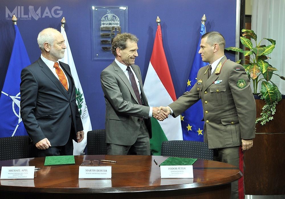 Umowę nadostawę systemu SAMOC podpisali gen. bryg. Péter Fodor zMinisterstwa Obrony Węgier orazMartin Deister iMichael Apel, reprezentujący Airbusa / Zdjęcie: Ministerstwo Obrony Węgier
