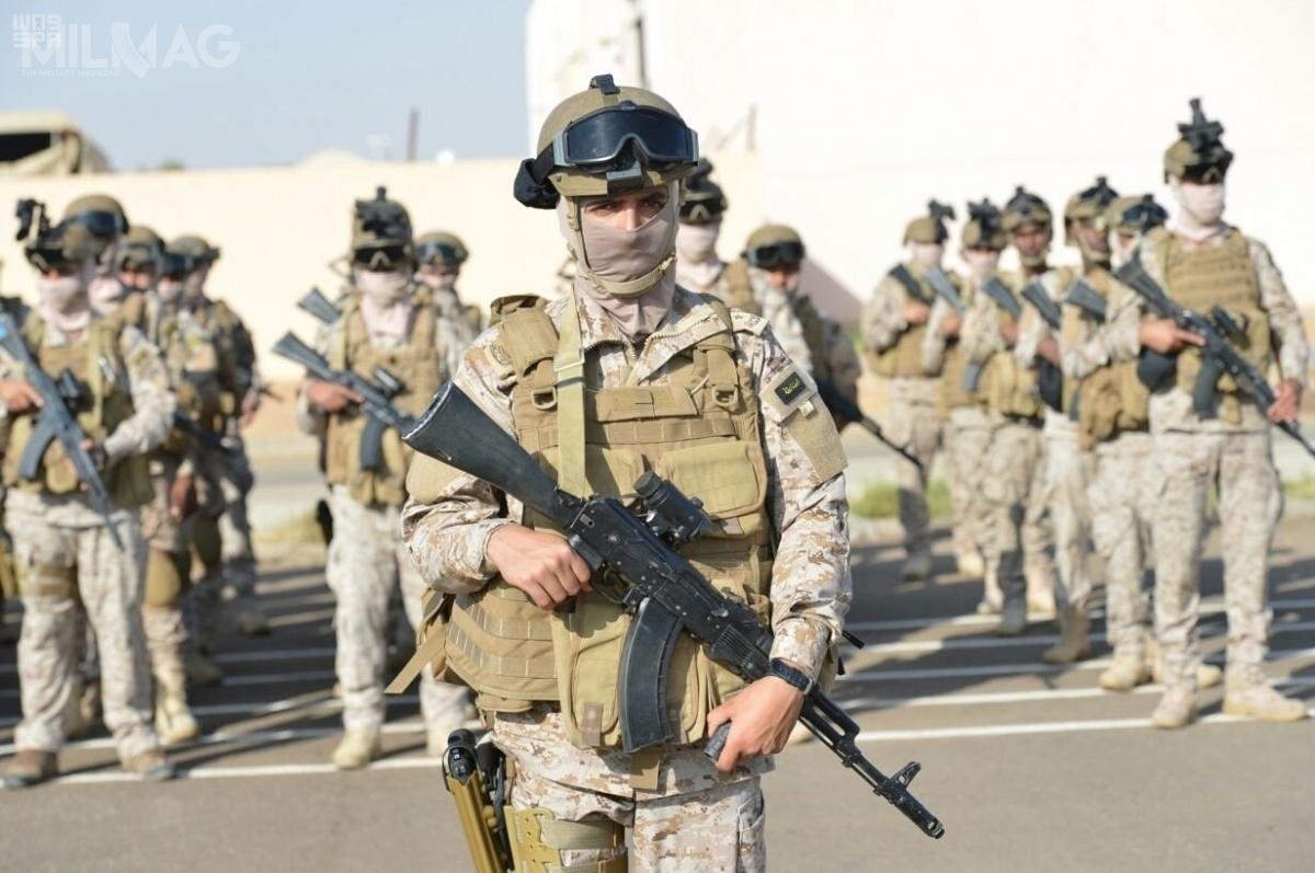 Żołnierze saudyjskich jednostek specjalnych uzbrojeni wrosyjskie 7,62-mm karabinki KK AK-103. Zakład wytwarzający tę broń ma powstać naterenie Arabii Saudyjskiej wramach nowo utworzonej spółki Saudi Arabian Military Industries (SAMI) / Zdjęcie: SPA
