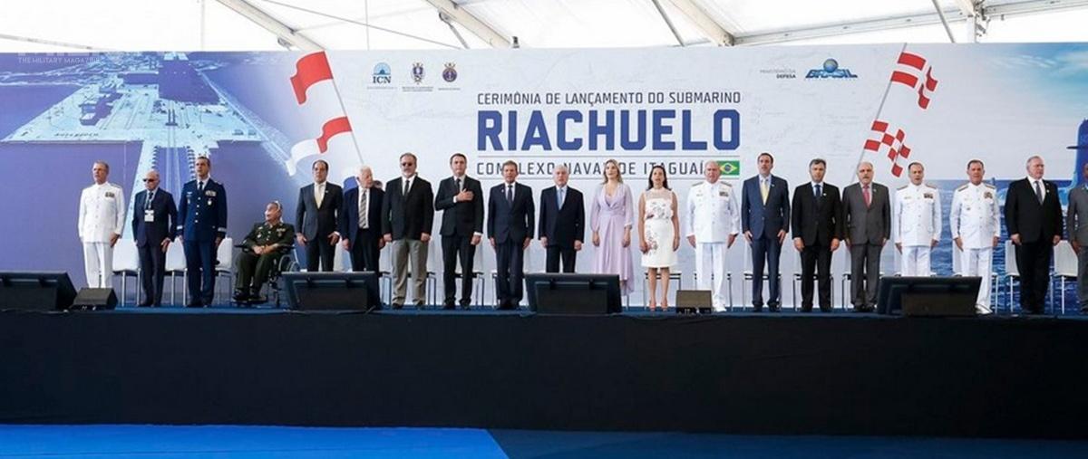 W uroczystości wodowania technicznego pierwszego okrętu podwodnego Riachuelo (S 40) uczestniczyli m.in.ustępujący prezydent Michel Temer wraz zpierwszą damą imatką chrzestną jednostki, Marcelą orazjego następca, prezydent-elekt Jair Bolsonaro, któryobejmie urząd 1stycznia 2019
