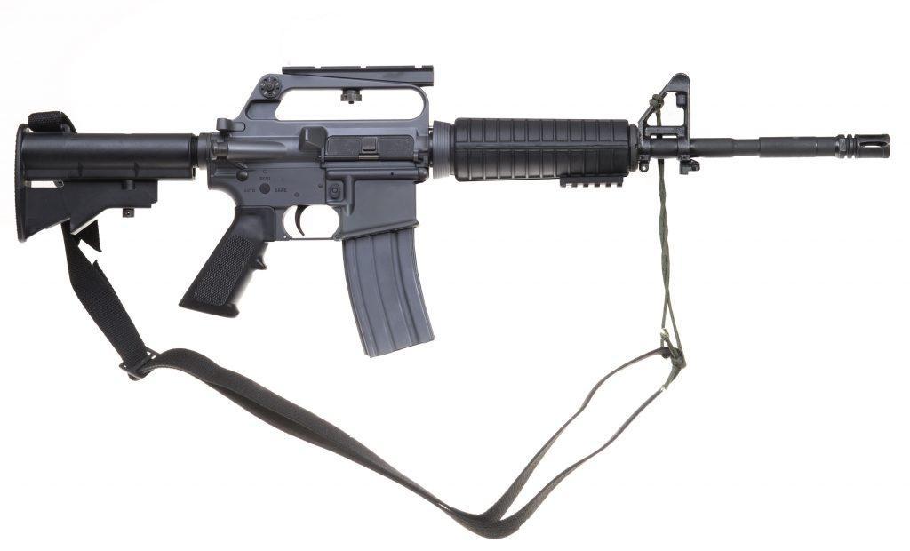 Opracowany przezTroy Industries karabinek M16A2 SFOD-D jest repliką modelu Colt M16A2 Carbine R0723, dostosowaną doamunicji 5,56 mm x 45 NATO skróconą odmianą M16A2. Poprzedzał on wprowadzony kilka lat później model M4/M4A1 /Zdjęcie: Troy Industries