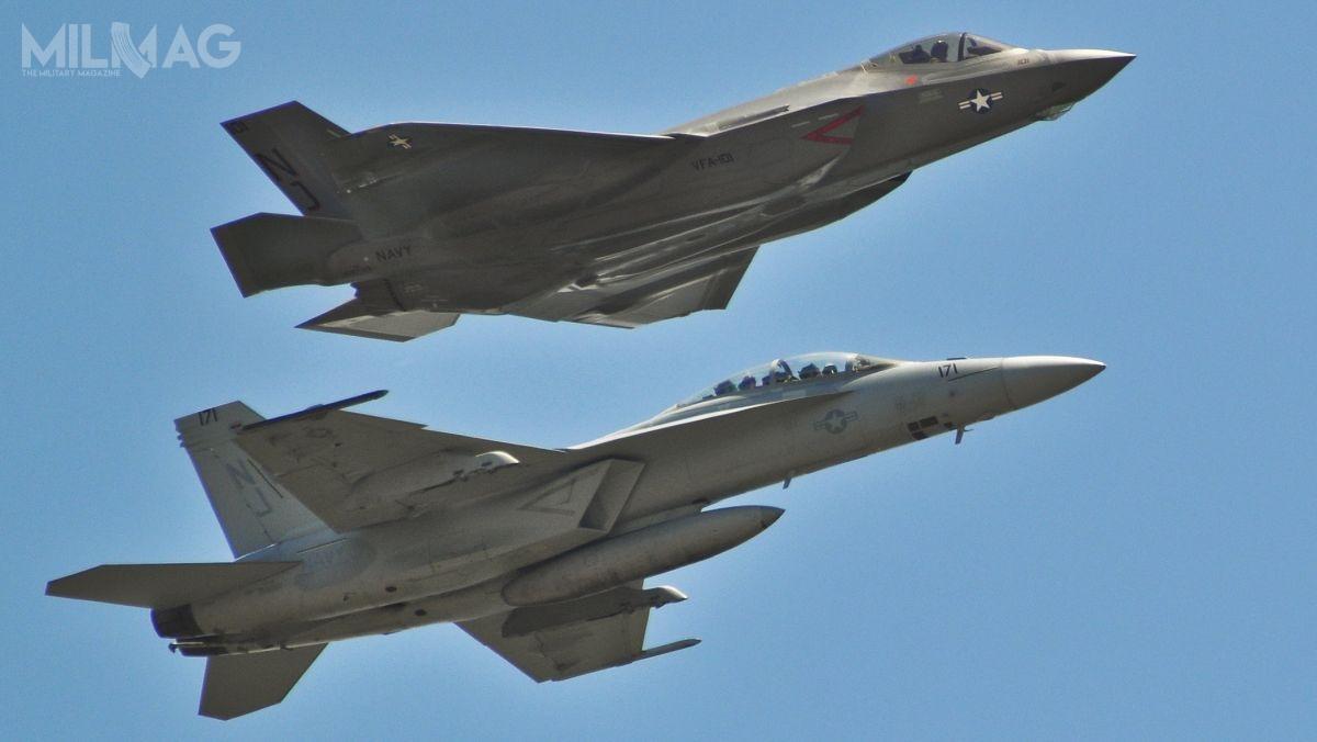 US Navy uruchomiła biuro programowe PMA-230 NGAD, które ma koordynować inicjatywę pozyskania następcy samolotów wielozadaniowych F/A-18E/F Super Hornet iwalki radioelektronicznej EA-18G Growler, któryuzupełni wlinii najnowsze F-35C Lightning II / Zdjęcie: Maj. Karen Roganov, USAF