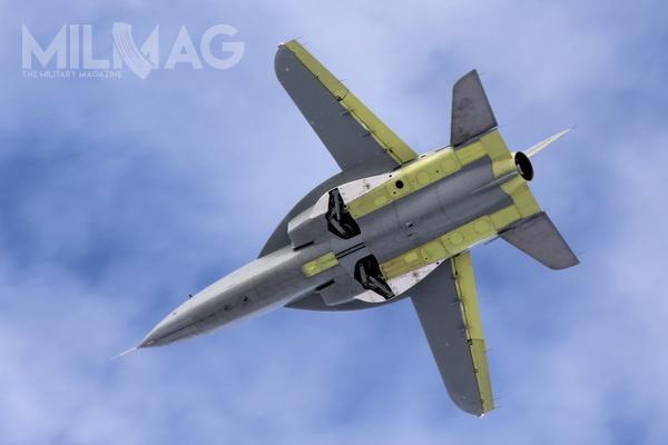 Samolot charakteryzuje się rzadko spotykanym wlotnictwie ujemnym skosem skrzydeł. Podobne rozwiązanie wykorzystano m.in.wlatach 1990. przy eksperymentalnym samolocie myśliwskim idemonstratorze technologii 5. generacji Su-47 Bierkut. /Zdjęcia: KB SAT