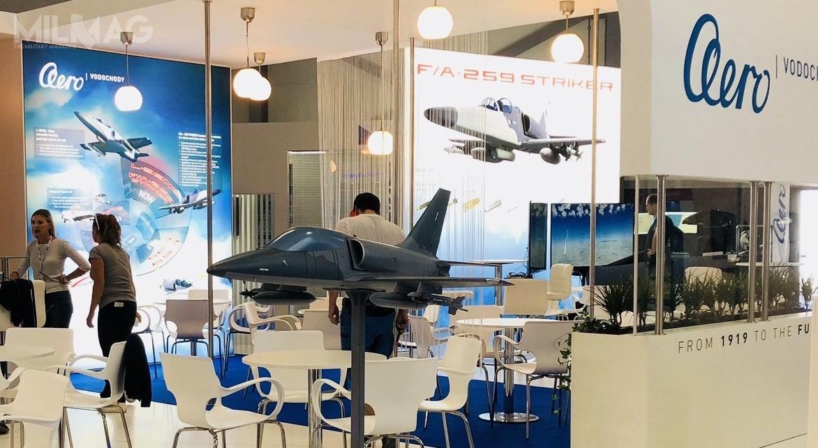 Koncepcja lekkiego samolotu szturmowego F/A-259 Striker została zaprezentowana równolegle zmakietą lżejszego samolotu szkolno-bojowego L-39NG / Zdjęcie: AERO Vodochody AEROSPACE