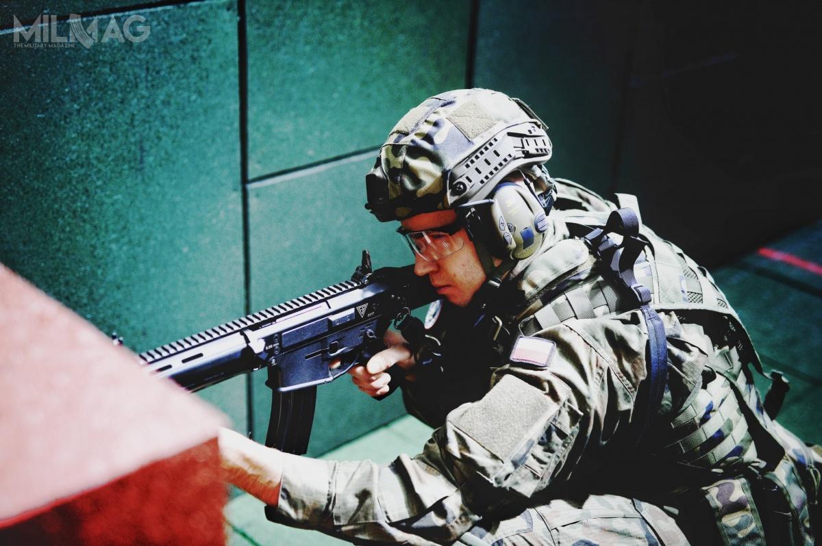 W strzelnicy kontenerowej można zastosować wiele różnych opcji programów treningowych (wprowadzanych zpulpitu operatora), umożliwiających realizacje strzelań wruchu docelów stałych iukazujących się zamunicji bojowej, atakże zużyciem interaktywnego treningu strzelca orazumożliwia strzelanie zewskaźnikami laserowymi / Zdjęcia: WOT