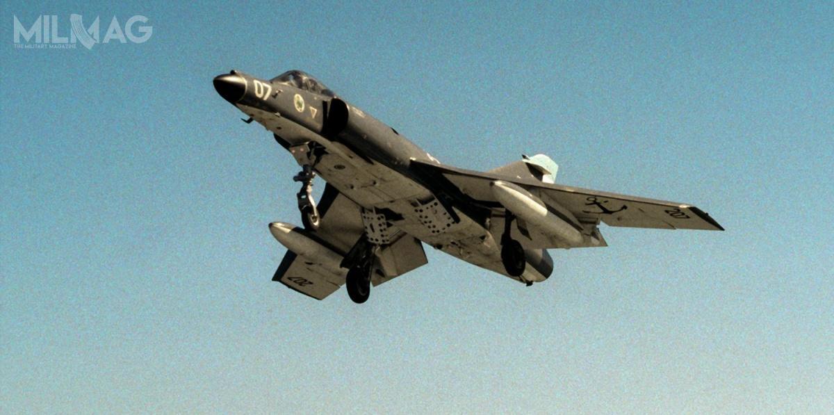 Pierwotnie, 14 pokładowych samolotów myśliwsko-szturmowych Dassault Super Étendard zamówionych w1979 weszło dosłużby dwa lata później, a5znich wzięło udział wkonflikcie oFalklandy. /Zdjęcie: US Navy