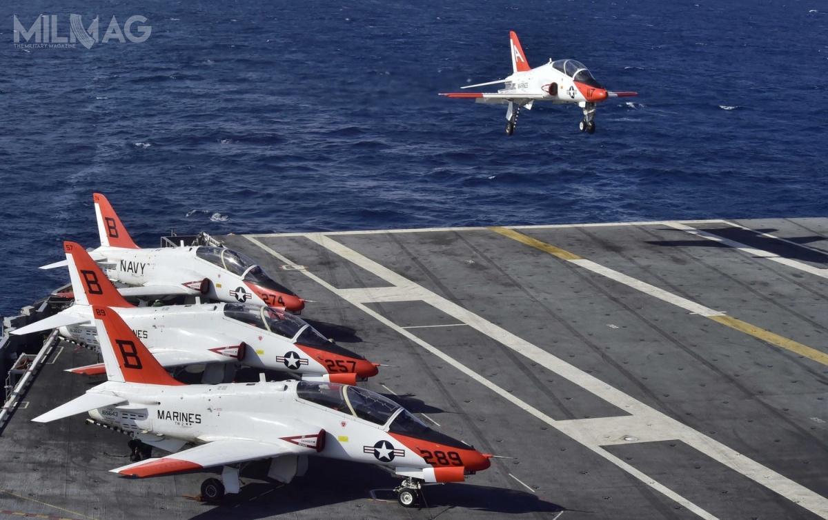 Samoloty szkolenia zaawansowanego T-45 Goshawk weszły nawyposażenie US Navy iUSMC w1991 (zmodernizowany wariant T-45C w1997), aledopiero w2016 zaczęły występować problemy eksploatacyjne, co przyspieszyło rozpoczęcie programu ich następców. Wprowadzenie ich planuje się począwszy od2028 / Zdjęcie: Jameson E. Lynch, US Navy