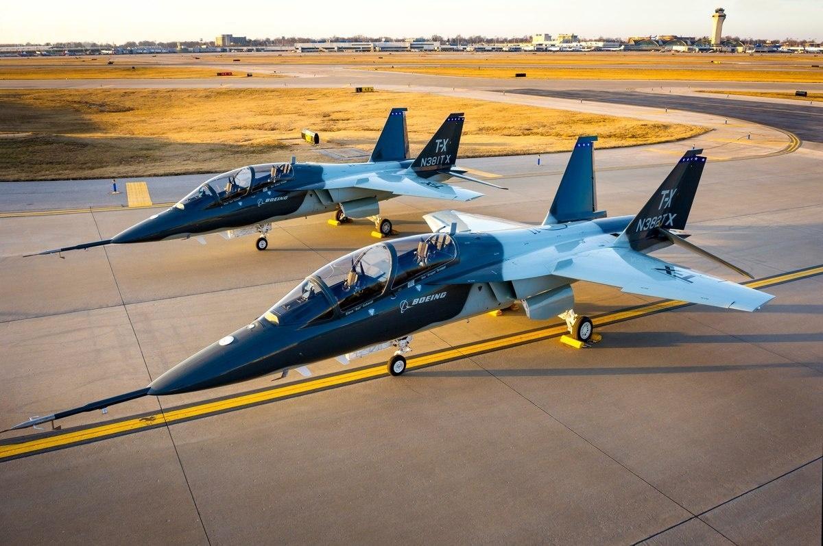 Jak dotąd samoloty Boeing-Saab T-7A Red Hawk zostały zamówione przeztylkowojska lotnicze Stanów Zjednoczonych (US Air Force, USAF). Planowany jest zakup od351 donawet 450 egzemplarzy wprogramie T-X (Trainer-X) owartości 9,2 mld USD (34,14 mld zł) jako następców około 500 samolotów Northrop T-38 Talon. Odbiór pierwszych seryjnych samolotów rozpocznie się w2023 / Zdjęcie: Secretary of the Air Force Public Affairs, USAF