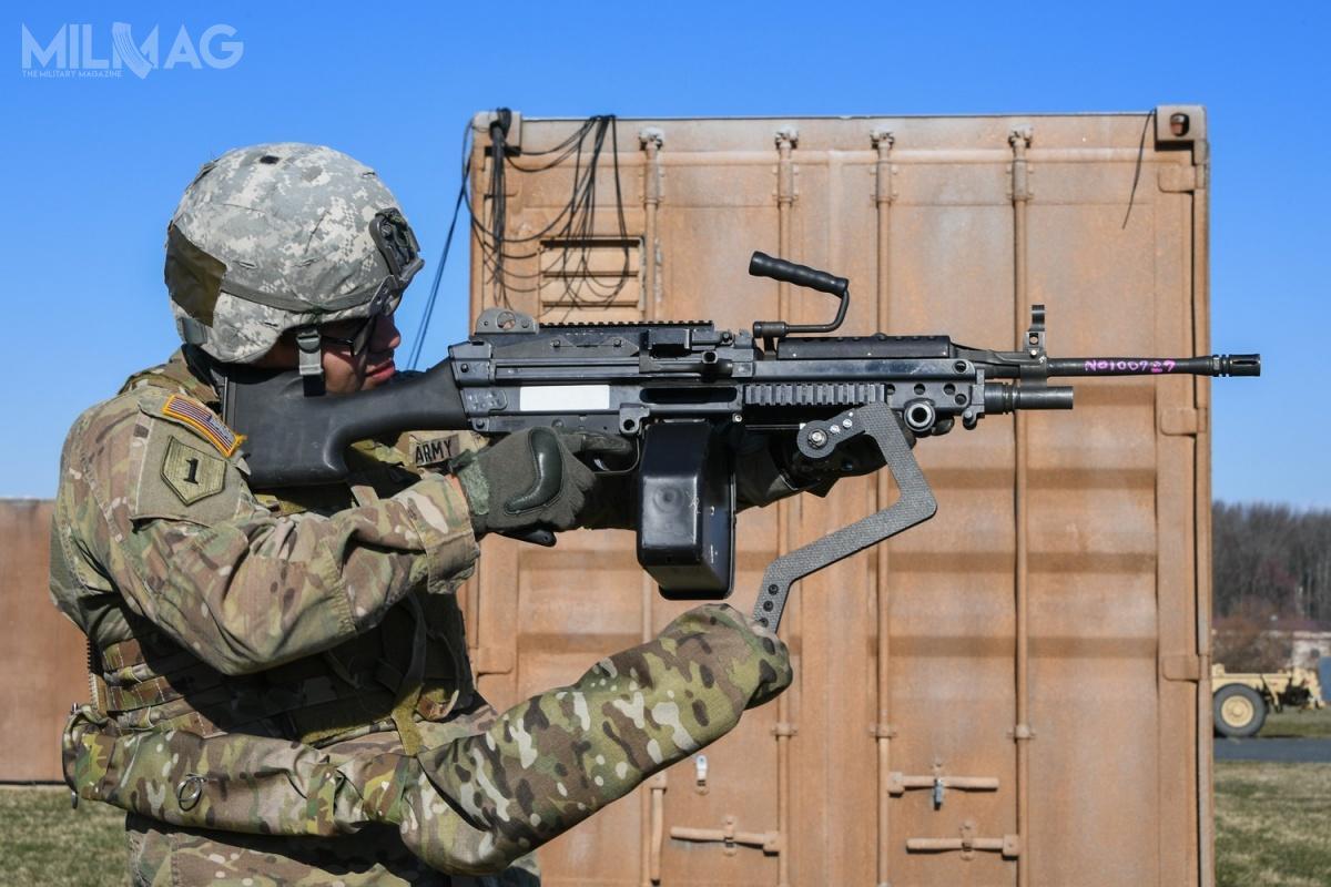 Trzecie ramię pozwala naprzeniesienie ciężaru broni orazsiły jej odrzutu podczas oddawania strzałów zramion nakorpus żołnierza.