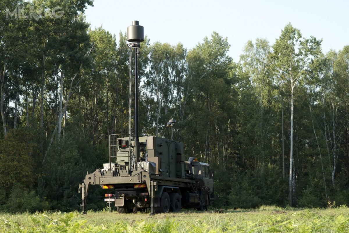 System rozpoznania pokładowych systemów elektronicznych Gunica, składa się zestacji wiodącej PRP-25M idwóch-trzech stacji bocznych PRP-25S, posadowionych napodwoziu samochodowym. / Zdjęcie: PIT-Radwar