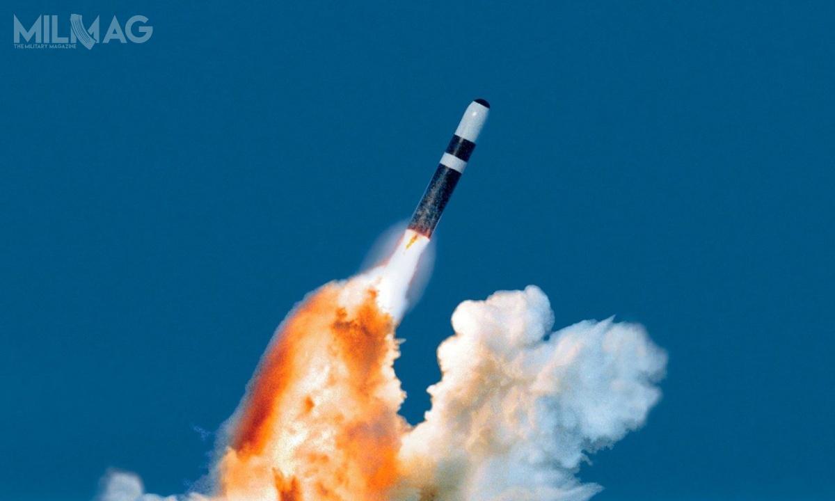 Każdy pocisk balistyczny Trident II D5 może przenieść maksymalnie 8głowic W76 omasie 164 kg każda.Alternatywnie przenosi osiem głowic W88/Mark 5omocy 475 kT. Ważą 362 kg orazmają 1,75 m długości i0,55 m średnicy upodstawy. Oba typy są zdolne dowykonywania watmosferze kontrolowanych manewrów iaktywnego naprowadzania się nawyznaczony cel / Zdjęcie: Lockheed Martin/US Navy.