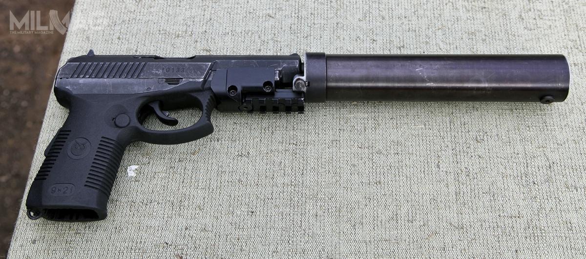 Najnowsza odmiana pistoletu SR-1MP wyposażona wdołączony tłumik dźwięku iuniwersalną szynę montażową Picatinny / Zdjęcie: Witalij Kuźmin