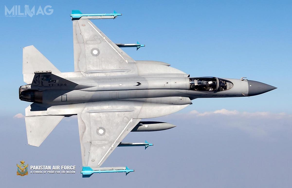 JF-17 wszedł nawyposażenie wojsk lotniczych Pakistanu w2010. Obecnie nawyposażeniu znajduje się 98 egzemplarzy, aponad 50 zostało zamówionych. Wgrudniu 2018 pierwsze 4z16 łącznie zamówionych JF-17M odebrała Mjanma. Wlistopadzie 2020 Nigeria ma odebrać pierwszy z3zamówionych egzemplarzy. Wcześniej wstępne zainteresowanie samolotami wyrażały Algieria, Arabia Saudyjska, Argentyna, Bułgaria, Egipt, Iran, Liban, Katar, Malezja, Maroko, Sri Lanka iUrugwaj / Zdjęcie: Pak Fiza'ya