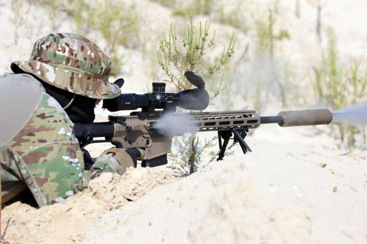 Zdjęcie przykładowej konfiguracji samopowtarzalnego karabinu wyborowego UR-10 (Zbroyar Z-10). Tokonstrukcja powstała nabazie amerykańskiego AR-10. Broń wyposażono wkutą nazimno lufę długości 508 mm