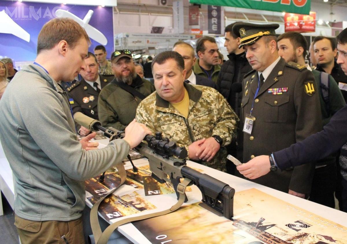 Długość całkowita UR-10 wzależności owysunięcia kolby wynosi od1030 do1240 mm. Masa karabinu bezwyposażenia to5kg. Szybkostrzelność praktyczna broni to21 strz./min. Odmiana cywilna UR-10, czyli Z-10 kosztuje narynku ukraińskim 53,6 tys. UAH (6,4 tys. zł)