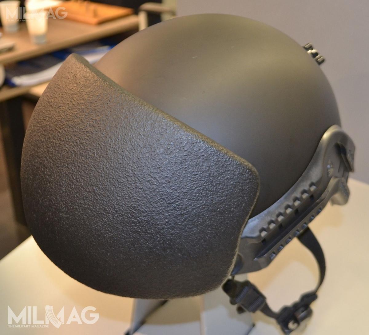 Ulbrichts Witwe zaprezentował naEnforce Tac nakładaną nahełm bojowy (wtym przypadku Hoplit) wyprofilowaną płytę balistyczną Schutzsystem. Osłona chroni przedpociskami 7,62 mm x 39 PS