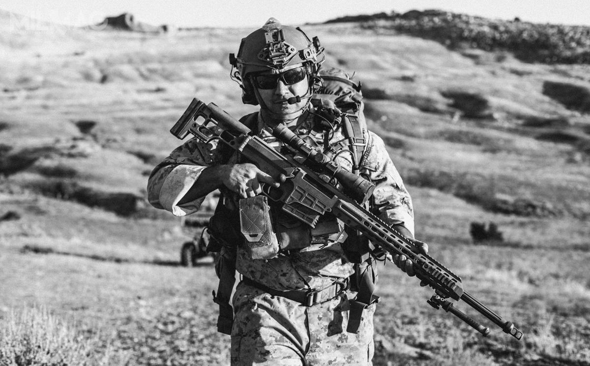 Amerykańskie wojska lądowe rozpoczęły negocjacje zBarrett Firearms Manufacturing Inc. wsprawie dostaw blisko trzech tysięcy powtarzalnych wielokalibrowych karabinów snajperskich MRAD. Nowa konstrukcja ma zastąpić wUS Army M107A1 iM2010, wUSMC wszystkie inne powtarzalne karabiny snajperskie, awUSSOCOM jako Mk 22 Mod 0 ASR – nieudany model Mk 21 Mod 0 PSR. / Zdjęcie: Barrett Firaearms Manufacturing Inc.