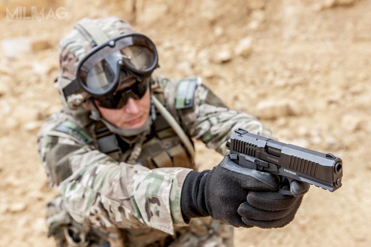 Wojsko Polskie podjęło decyzję ozakupie nowego 9-mm pistoletu samopowtarzalnego Vis 100. Umowa zostanie podpisana 4grudnia, broń trafi dowszystkich rodzajów Sił Zbrojnych RP wII połowie 2019 / Zdjęcia: Fabryka Broni