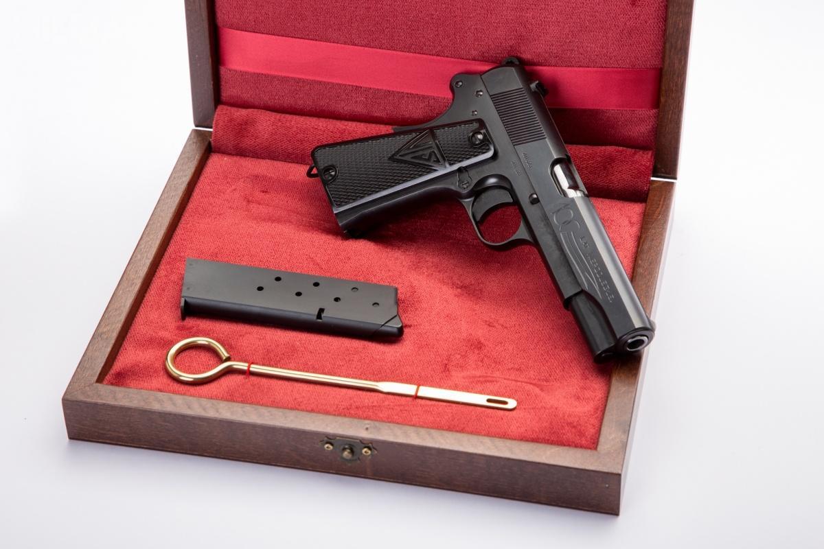 Fabryka Broni wprowadza dosprzedaży okolicznościową serię współczesnych 9-mm pistoletów samopowtarzalnych wz. 35 Vis upamiętniających setną rocznicę odzyskania przezPolskę niepodległości