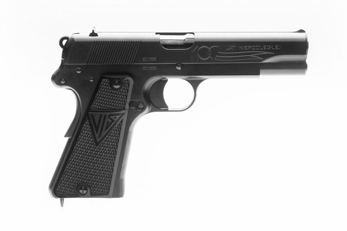 Pistolety wyróżnia czarne, matowe pokrycie iumieszczony naprawej stronie zamka grawerunek przedstawiający stylizowany proporzec kawalerii z1939 roku inapis 100 LAT NIEPODLEGŁEJ / Zdjęcia: Fabryka Broni