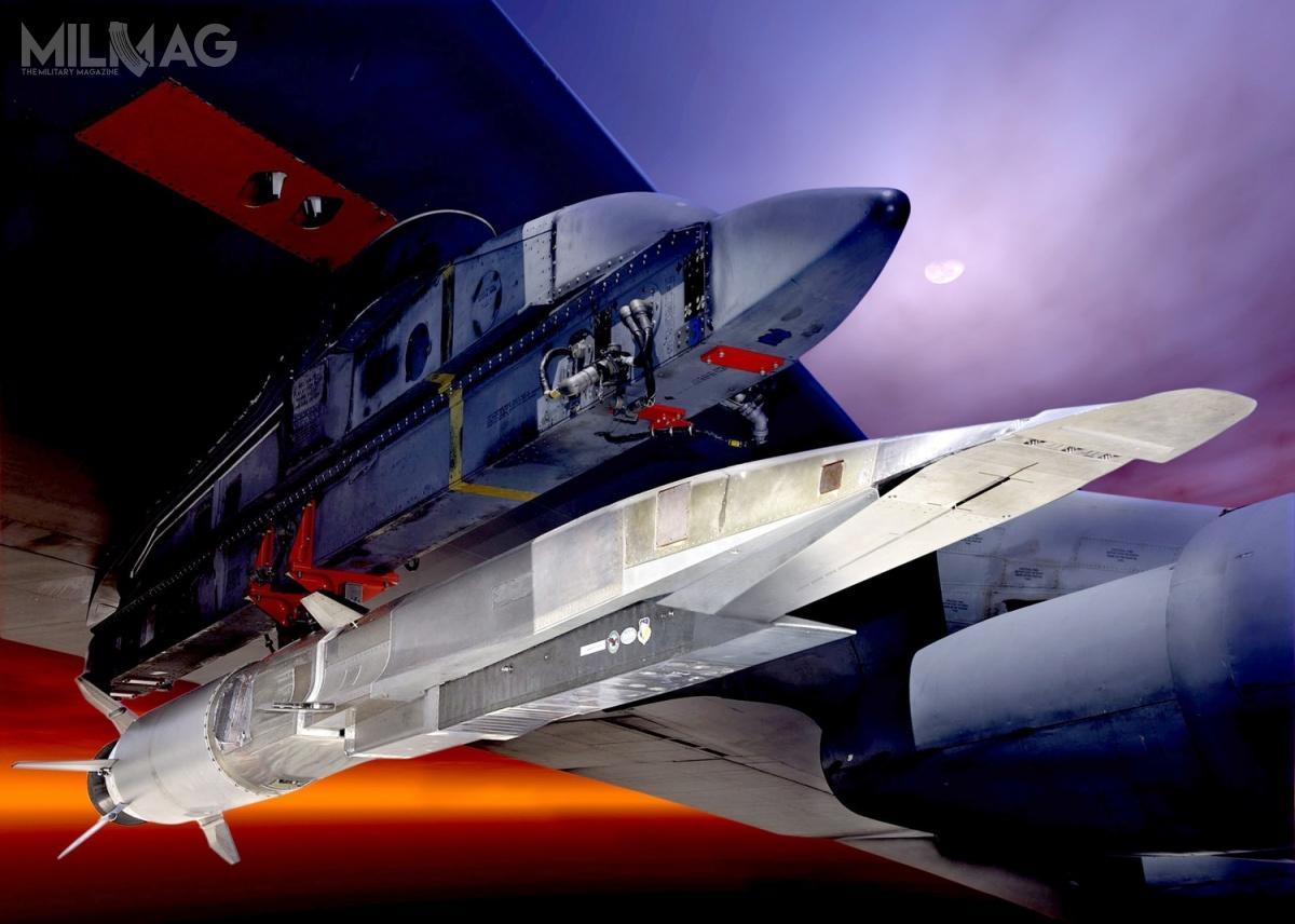 Eksperymentalny pocisk hipersoniczny Boeing X-51A WaveRider onapędzie strumieniowym Pratt & Whitney Rocketdyne SJY61, zdolny doosiągania prędkości Ma 6. Tutaj został umieszczony podskrzydłem bombowca strategicznego B-52H /Zdjęcie: USAF.