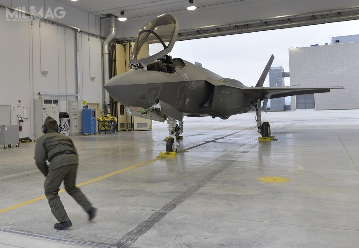 Jedyną obecnie bazą lotniczą, zdolną doobsługi włoskich F-35A jest Amendola, leżąca wprowincji Foggia. Pięć egzemplarzy samolotów wraz zzałogami iobsługą techniczną przeszło pozytywną certyfikację wzakresie prowadzenia misji powietrze-powietrze. /Zdjęcia: Aeronautica Militare Italiana.