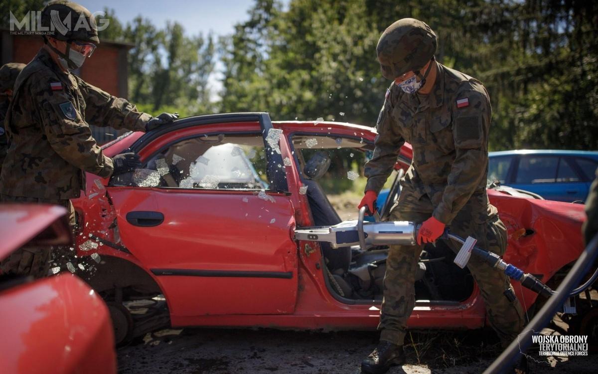 Podczas ćwiczenia podnożyce hydrauliczne poszło kilkadziesiąt nadwozi samochodowych / Zdjęcia: WOT