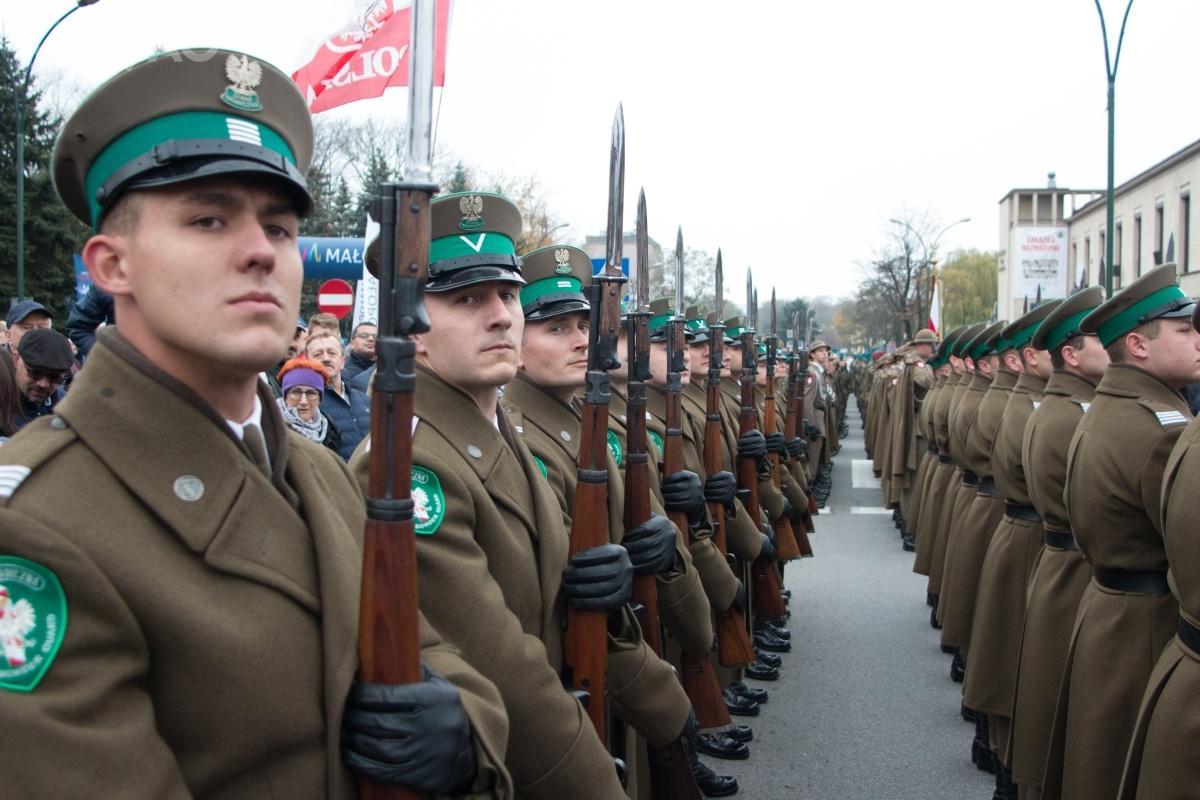 28 października podczas odsłonięcia pomnika Józefa Piłsudskiego wNowym Sączu poraz pierwszy Wydział Odwodowy (Reprezentacyjny) Karpackiego Oddziału Straży Granicznej paradował z7,92-mm powtarzalnymi karabinami Zastawa M48, odpowiednikami Mauserów wz. 98 / Zdjęcia: Michał Tokarczyk/KOSG