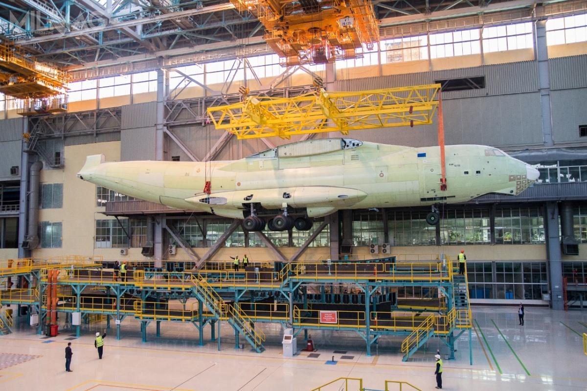 Nowa linia montażowa samolotów IŁ-76MD-90A składa się zdziesięciu stanowisk zrobotyzowanych wraz zpulpitami sterowania – dwupiętrowych stacji dokowania izespołu zautomatyzowanych suwnic zwciągarkami